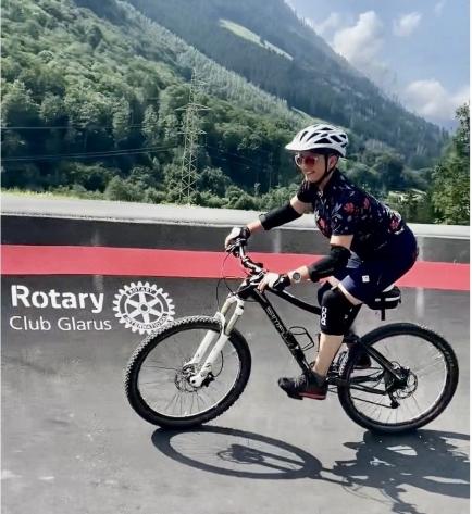 Karin Werner Zentner,  Präsidentin Rotary Club Glarus, testet den neuen Pumptrack!